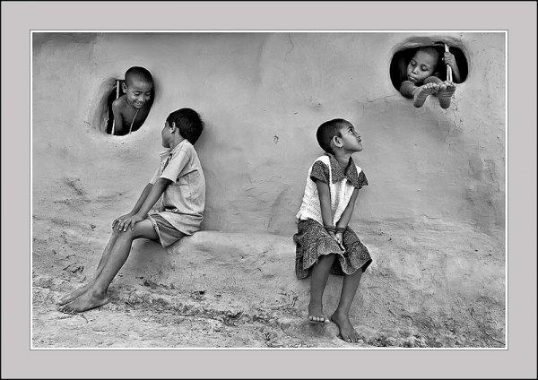 Взгляд в окно - искусство черно-белых фото - №6
