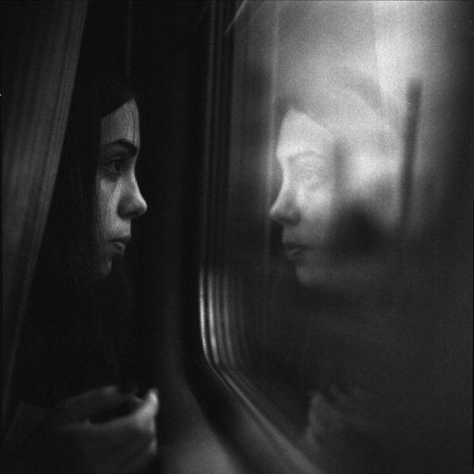 Взгляд в окно - искусство черно-белых фото - №14