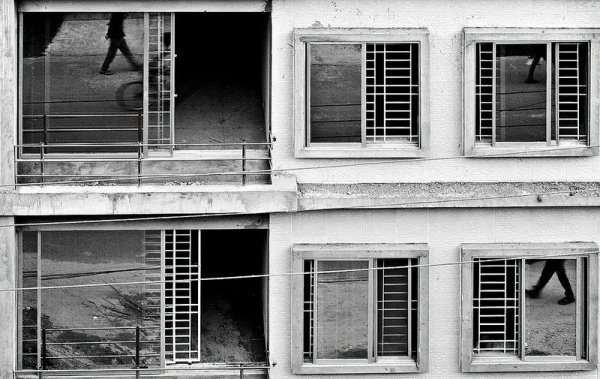 Взгляд в окно - искусство черно-белых фото - №26