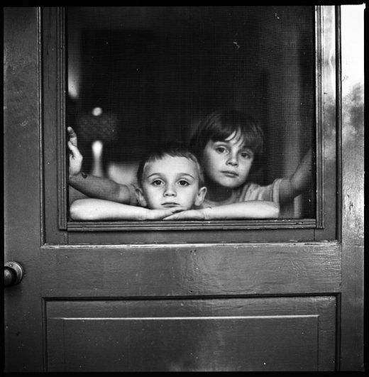 Взгляд в окно - искусство черно-белых фото - №30