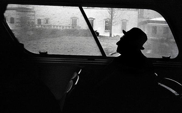 Взгляд в окно - искусство черно-белых фото - №34