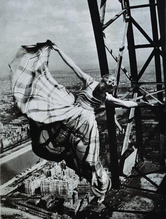 Эрвин Блюменфельд. Лиза Фонсагривс на Эйфелевой башне Париж, 1939. Modernism Inc., San Francisco. © The Estate of Erwin Blumenfeld
