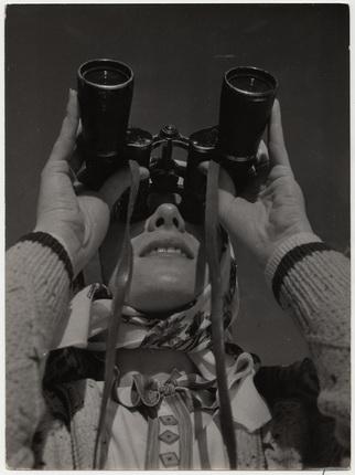 Андре Штайнер. Наблюдение в бинокль, 1930-е. Бромосеребряно-желатиновый отпечаток. © Nicole Bajolet-Steiner