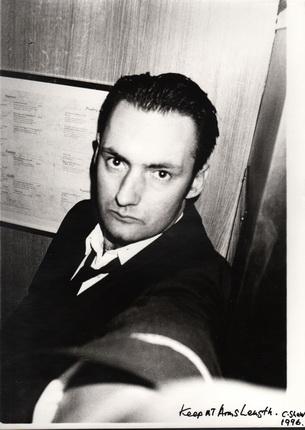 Крис Шоу. Держать на расстоянии руки. Автопортрет в образе ночного портье. Отель «Боннингтон», Лондон. Из серии «Ночной портье». 1994. © Chris Shaw