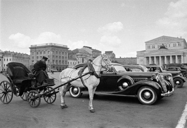 Аркадий Шайхет. Извозчик и автомобиль. Стоянка такси у Большого театра. Москва, 1935. Серебряно-желатиновый отпечаток