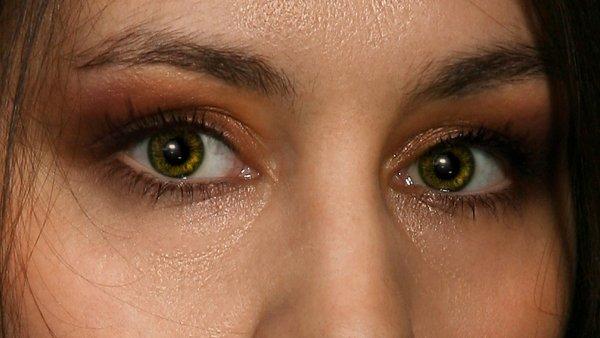 После нанесения макияжа в фотошопе. Глаза приобрели блеск и выразительность, привлекают внимание с первого взгляда. Ресницы выглядят шикарно.